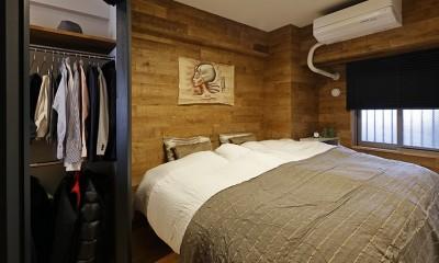 ヒュッテ(山小屋)のような北欧テイストの住まい (重厚感のある風合いに仕上げたベッドルーム)