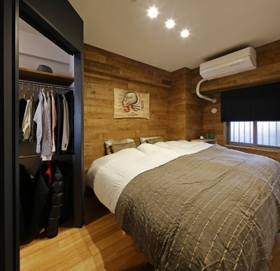 重厚感のある風合いに仕上げたベッドルーム (ヒュッテ(山小屋)のような北欧テイストの住まい)