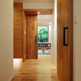 シンプルモダンな木の空間 (玄関ホール)