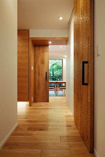 玄関ホール (シンプルモダンな木の空間)