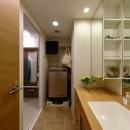 ヒュッテ(山小屋)のような北欧テイストの住まいの写真 ホテルのような全面鏡がある洗面室