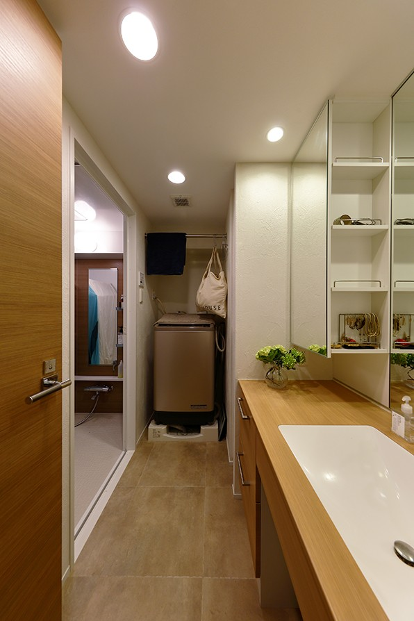 ヒュッテ(山小屋)のような北欧テイストの住まい (ホテルのような全面鏡がある洗面室)