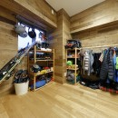 ヒュッテ(山小屋)のような北欧テイストの住まいの写真 多目的に使える収納部屋