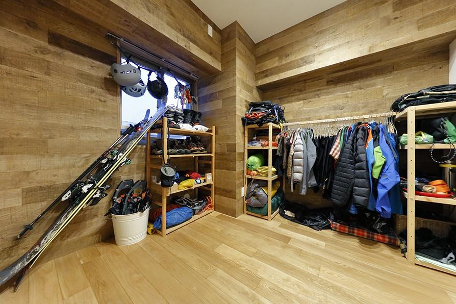 ヒュッテ(山小屋)のような北欧テイストの住まい (多目的に使える収納部屋)