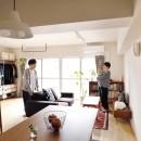 キッチンにもリビングにも見せる収納を取り入れて、生活導線もスッキリの写真 採光たっぷりのLDK