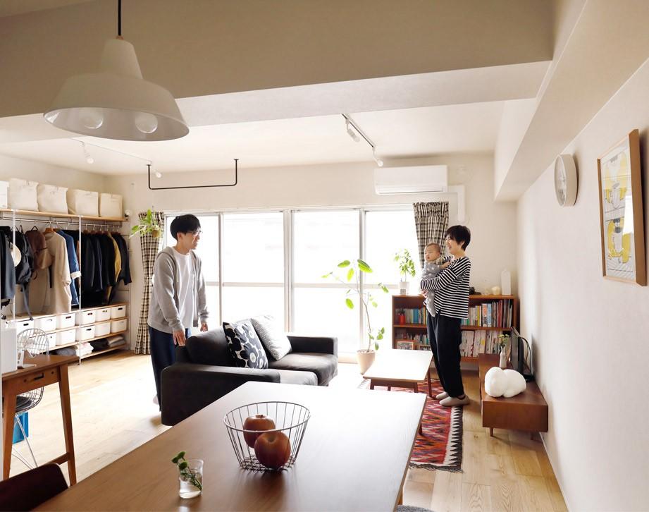 キッチンにもリビングにも見せる収納を取り入れて、生活導線もスッキリ (採光たっぷりのLDK)