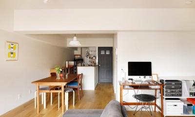 キッチンにもリビングにも見せる収納を取り入れて、生活導線もスッキリ (家具で遊び、可変できる部屋)