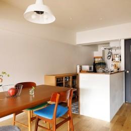 キッチンにもリビングにも見せる収納を取り入れて、生活導線もスッキリ