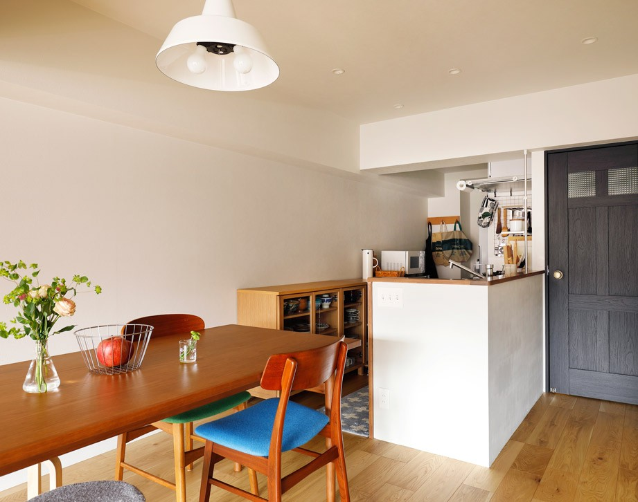 キッチンにもリビングにも見せる収納を取り入れて、生活導線もスッキリ (キッチン腰壁の仕上げはご自分の手で)