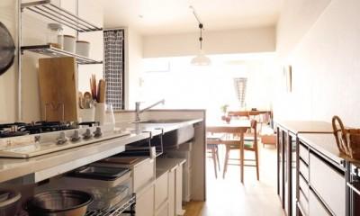 キッチンにもリビングにも見せる収納を取り入れて、生活導線もスッキリ (キッチンの下は見える収納にしたかった)