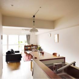 キッチンにもリビングにも見せる収納を取り入れて、生活導線もスッキリ (左脇の入り口は洗面とトイレ)
