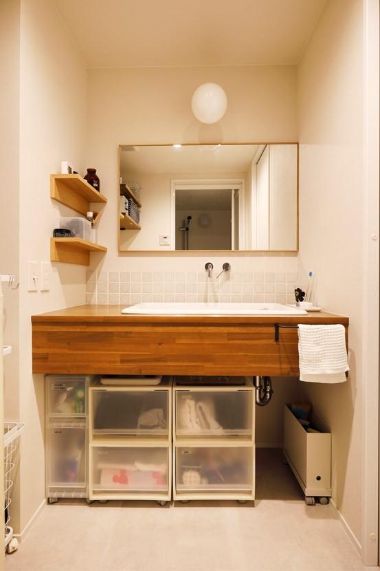 キッチンにもリビングにも見せる収納を取り入れて、生活導線もスッキリ (使いたかったタイル)