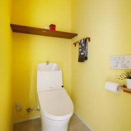 キッチンにもリビングにも見せる収納を取り入れて、生活導線もスッキリ (トイレ)