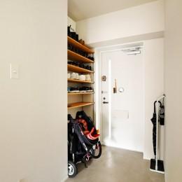 キッチンにもリビングにも見せる収納を取り入れて、生活導線もスッキリ (広くした玄関)