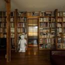 SENSUOUS-築50年以上の古さを生かし、デザインと素材にこだわった家づくりの写真 本棚をくぐるとバスルーム