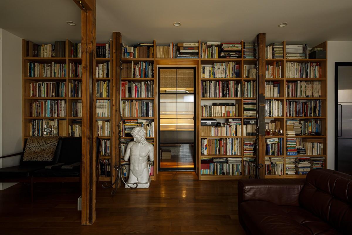 リビングダイニング事例:本棚をくぐるとバスルーム(SENSUOUS-築50年以上の古さを生かし、デザインと素材にこだわった家づくり)