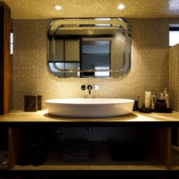 SENSUOUS-築50年以上の古さを生かし、デザインと素材にこだわった家づくり (洗面所)