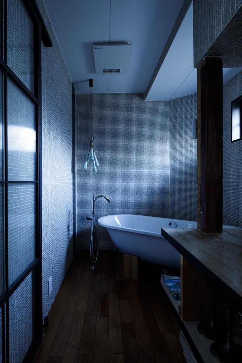 SENSUOUS-築50年以上の古さを生かし、デザインと素材にこだわった家づくり (バスルーム)