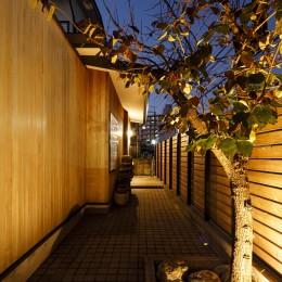 SENSUOUS-築50年以上の古さを生かし、デザインと素材にこだわった家づくり (玄関)