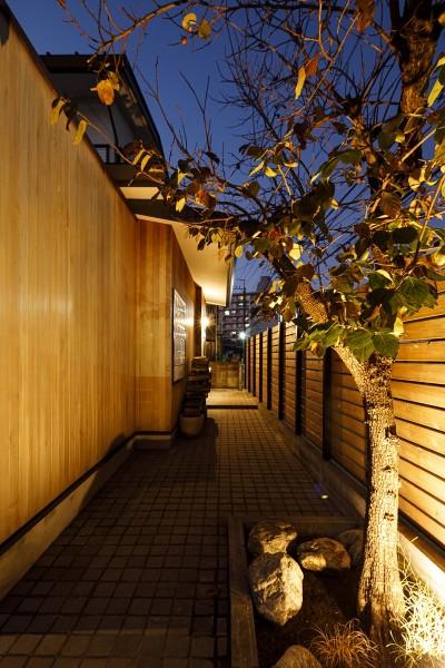 玄関 (SENSUOUS-築50年以上の古さを生かし、デザインと素材にこだわった家づくり)