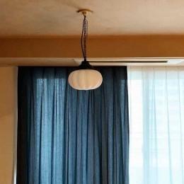 無垢の床とモールテックス仕上げの部屋 (塗装仕上げの天井)