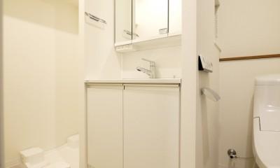 築50年のマンションを住みやすい賃貸ルームに (洗面台と洗濯機置き場)