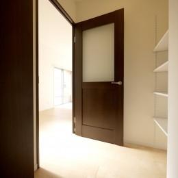 築50年のマンションを住みやすい賃貸ルームに (玄関)