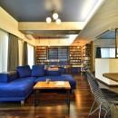 「青」と「黒」のクールな趣味空間の写真 鮮やかなブルーソファーが映えるLDK