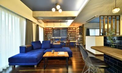 「青」と「黒」のクールな趣味空間 (鮮やかなブルーソファーが映えるLDK)