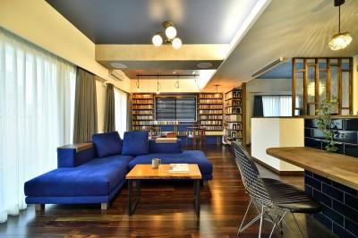 鮮やかなブルーソファーが映えるLDK (「青」と「黒」のクールな趣味空間)