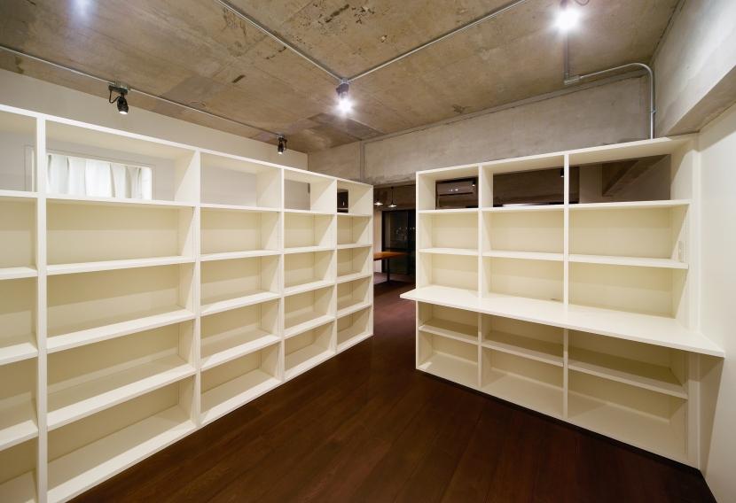 rust リノベ×(デザリボ+リブロック)=無骨でおしゃれな空間の部屋 本棚のある部屋