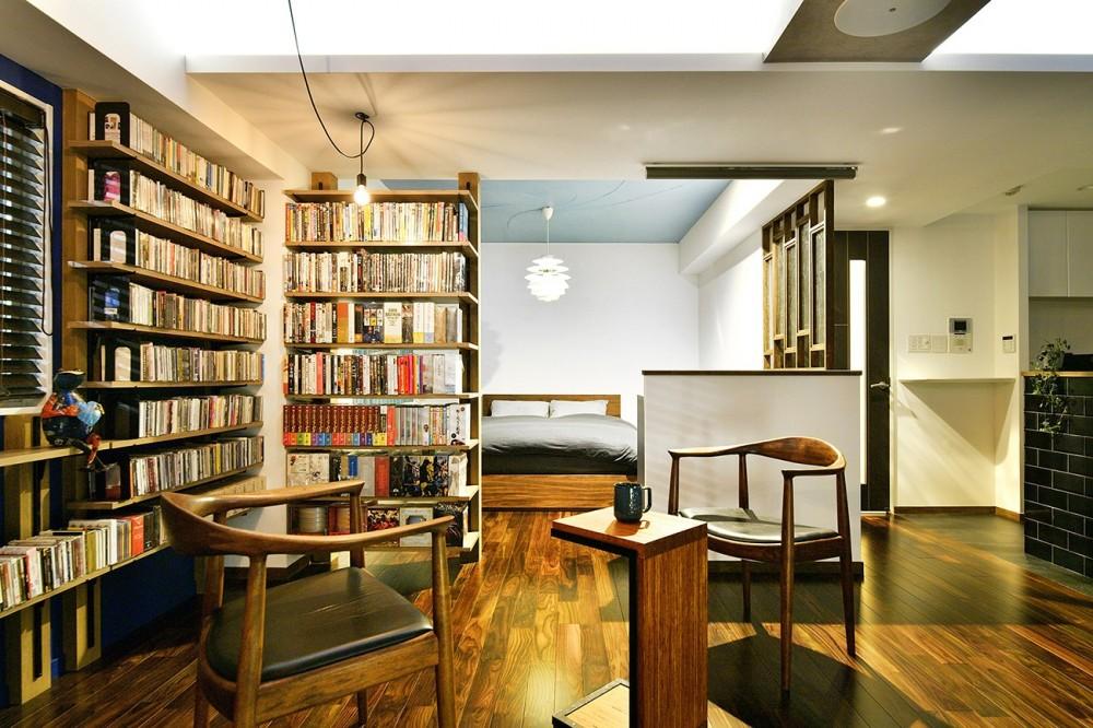 「青」と「黒」のクールな趣味空間 (見せる書斎 壁一面のオープン棚)