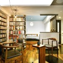 「青」と「黒」のクールな趣味空間の写真 見せる書斎 壁一面のオープン棚