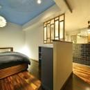 「青」と「黒」のクールな趣味空間の写真 美しいアートな寝室