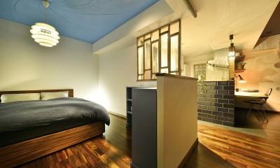 「青」と「黒」のクールな趣味空間 (美しいアートな寝室)