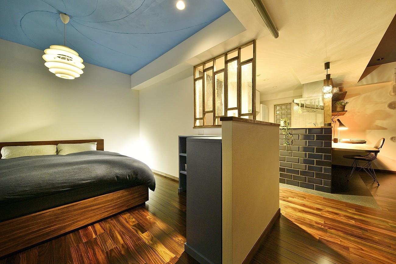 ベッドルーム事例:美しいアートな寝室(「青」と「黒」のクールな趣味空間)