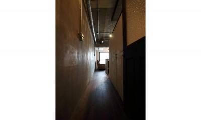 素材で遊ぶ!珪藻土×塗装×木毛セメント。 (廊下)