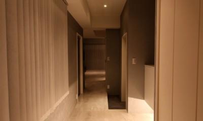 モノトーンカラーをベースにシックで高級感ある空間に (廊下)