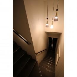 モノトーンカラーをベースにシックで高級感ある空間に (階段)
