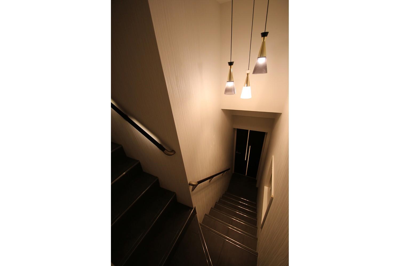その他事例:階段(モノトーンカラーをベースにシックで高級感ある空間に)