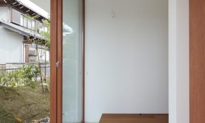 大垣の家 / インナーテラスに囲まれた三角屋根の家 (玄関)