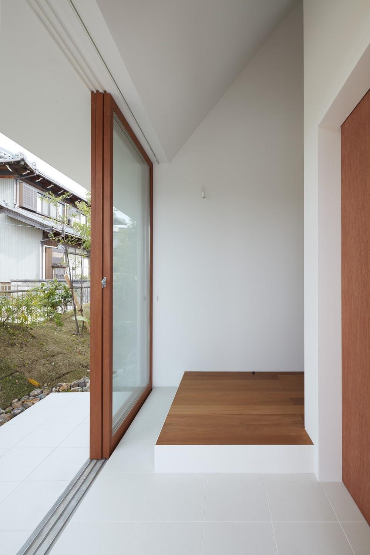 玄関事例:玄関(大垣の家 / インナーテラスに囲まれた三角屋根の家)