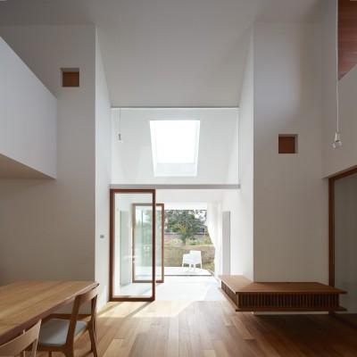 リビング (大垣の家 / インナーテラスに囲まれた三角屋根の家)