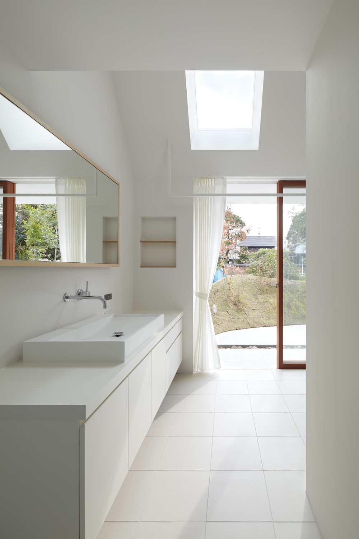 大垣の家 / インナーテラスに囲まれた三角屋根の家 (洗面室)