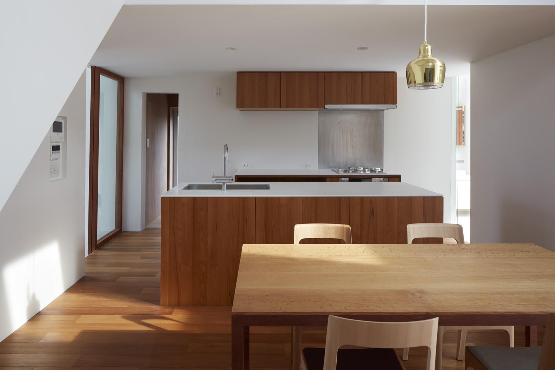 キッチン事例:キッチン(大垣の家 / インナーテラスに囲まれた三角屋根の家)