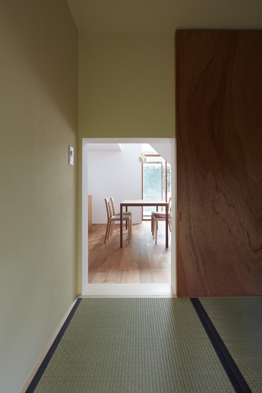 大垣の家 / インナーテラスに囲まれた三角屋根の家 (和室)