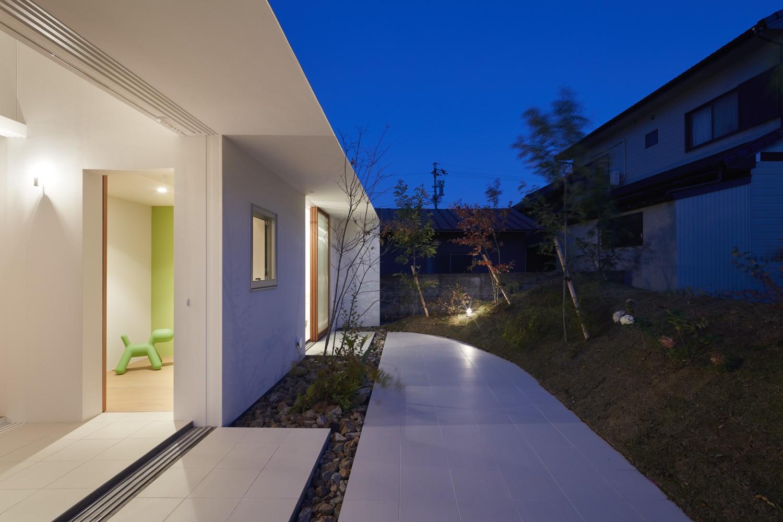 アウトドア事例:テラス(大垣の家 / インナーテラスに囲まれた三角屋根の家)