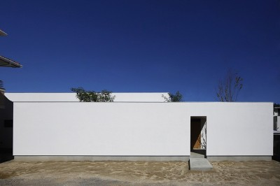 【ikenouchi】塀をくぐると広がる開放感。移り変わる光、美しい景色や木肌が美しい平屋 (ikenouchi 外観)