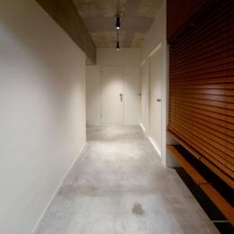 rust リノベ×(デザリボ+リブロック)=無骨でおしゃれな空間 (棚のある廊下)