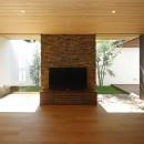 【ikenouchi】塀をくぐると広がる開放感。移り変わる光、美しい景色や木肌が美しい平屋の写真 リビング